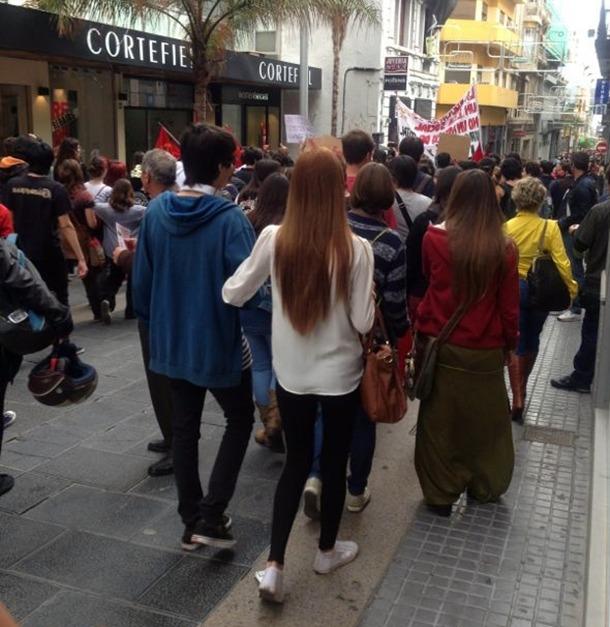 Tras lanzar consignas en el Parlamento de Canarias, los manifestantes acudieron a la sede de la Consejería de Educación. | S.E.