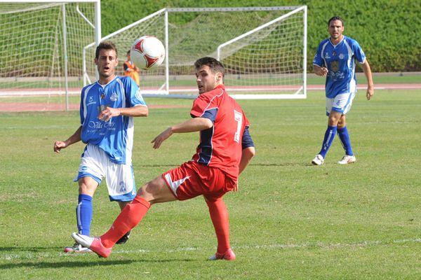 Una jugada del partido del Marino ante el Marino de Luanco. | DA