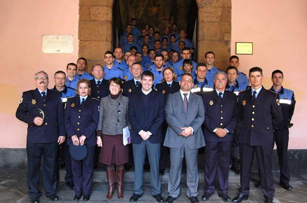 Los nuevos agentes, ayer, acompañados del alcalde Clavijo y el concejal de Seguridad, José Alberto Díaz. / DA