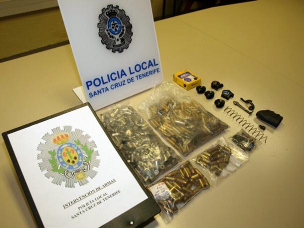 Material localizado por la Policía Local y los operarios de Urbaser en Santa Cruz. | POLICÍA LOCAL