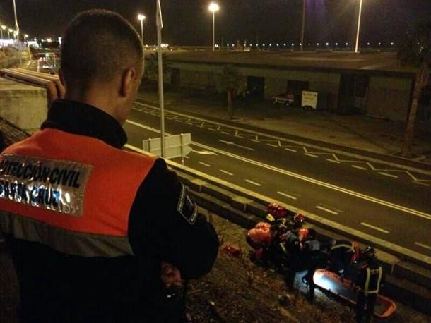 Efectivos de Cruz Roja, Bomberos y Protección Civil atienden y evacuan al joven herido. | POLICÍA LOCAL