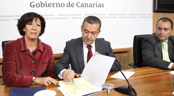 La rubrica del convenio del Plan Concertado de Prestaciones Básicas tuvo lugar ayer. / EFE