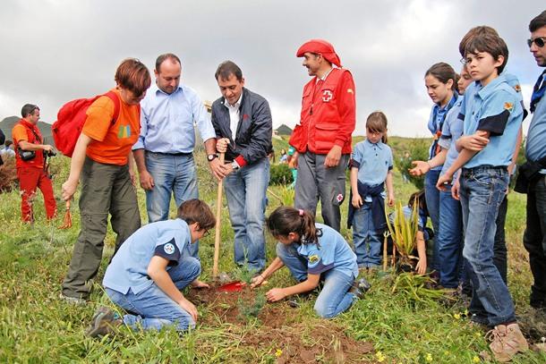 El alcalde, José Manuel Bermúdez, también participó, junto a la concejal de Medio Ambiente, Yuri Mas, y el edil Ballesteros. / DA