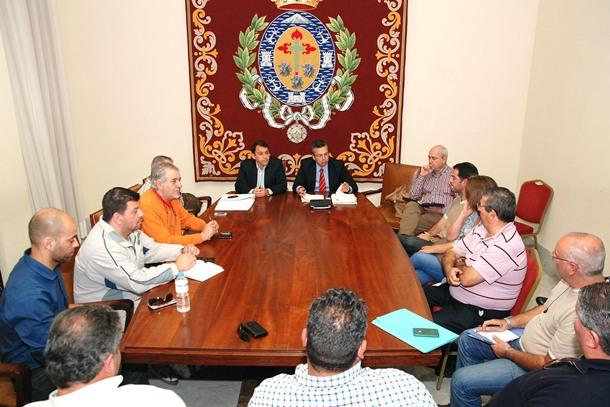 El alcalde y el concejal de Servicios Públicos se reunieron con los representantes del sector del taxi. / DA