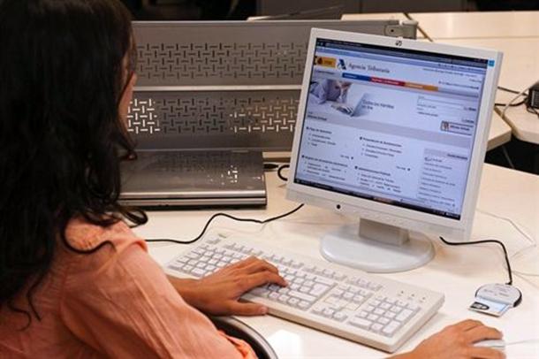 Una usuaria entra en la web de la Agencia Tributaria para realizar su declaración del IRPF.  | E.P.