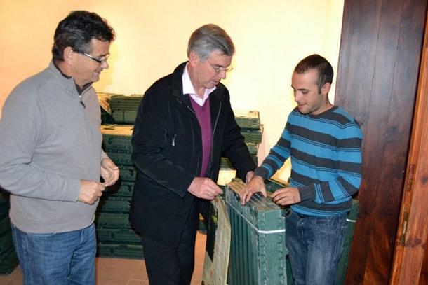 El alcalde, Álvaro Dávila, y el edil Fernando Meneses entregaron composteras a los asistentes. | DA