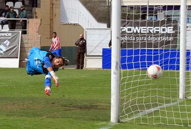Sergio Aragoneses no puede detener el disparo de Thomas. | ACAN