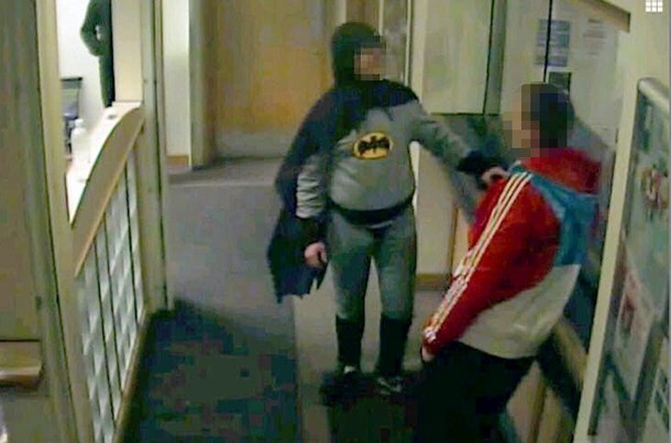 Un hombre disfrazado de Batman entrega a un delincuente. | EFE