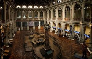 Imagen del interior del recinto de la bolsa madrileña, en una imagen de archivo.   EFE
