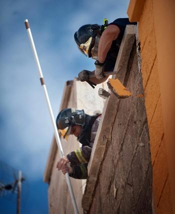 Los bomberos sanean una fachada de La Salud que sufrió desperfectos. | FRAN PALLERO