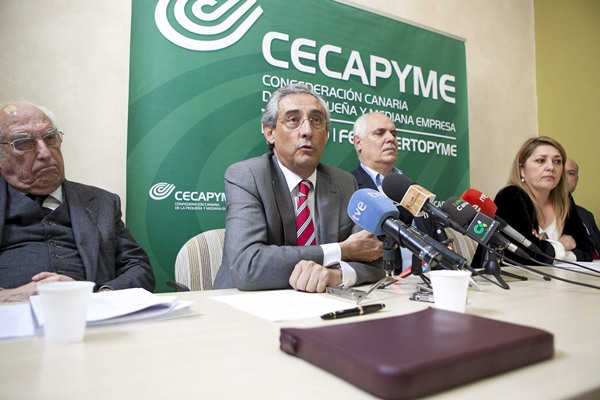 Los empresarios, ayer, durante la rueda de prensa para informar de las discrepancias con el texto canario. | EFE