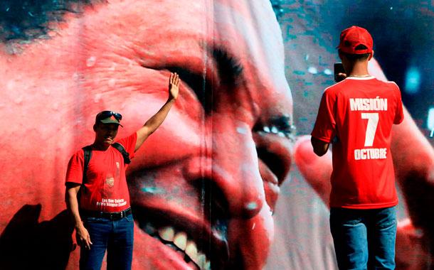Miles de simpatizantes del presidente de Venezuela, Hugo Chávez, hacen fila en los alrededores de la Academia Militar para despedir al líder fallecido. / EFE