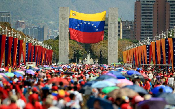 Miles de simpatizantes del presidente de Venezuela, Hugo Chávez, hacen fila en los alrededores de la Academia Militar para despedir al líder fallecido