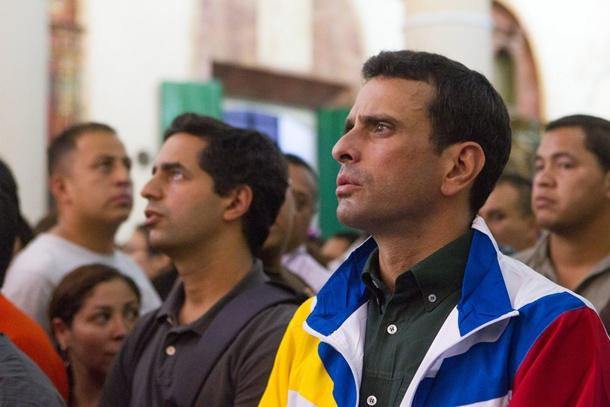 El candidato opositor, Henrique Capriles, en una misa de Semana Santa en Petare, en el estado de Miranda. / EFE