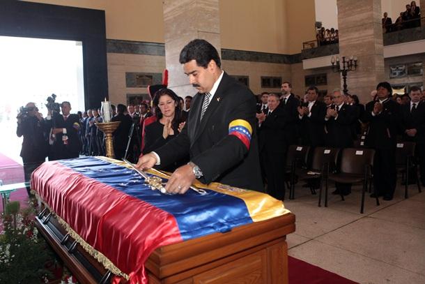 Nicolás Maduro deja una réplica de la espada de Simón Bolívar sobre el féretro del expresidente de Venezuela, Hugo Chávez, durante su funeral de estado. | EFE