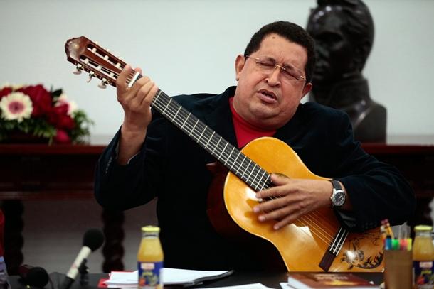 El presidente de Venezuela, Hugo Chávez, toca una guitarra que le regaló el cantante mexicano Vicente Fernandez durante su visita. | EFE