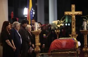 La presidenta de Argentina, Cristina Fernández de Kirchner, el presidente de Uruguay, José Mujica, y el presidente de Bolivia, Evo Morales, durante el velatorio a Hugo Chávez. | E.P.