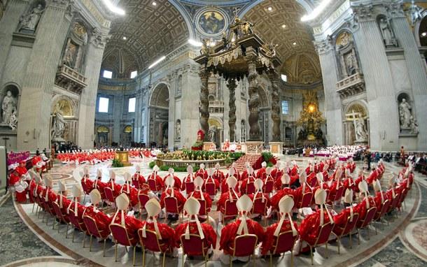 Imagen cedida por el periódico del Vaticano 'Osservatore Romano' de los cardenales en la basílica de San Pedro concelebrando la misa votiva 'Pro eligendo Pontifice'.   OSSERVATORE ROMANO (EFE)