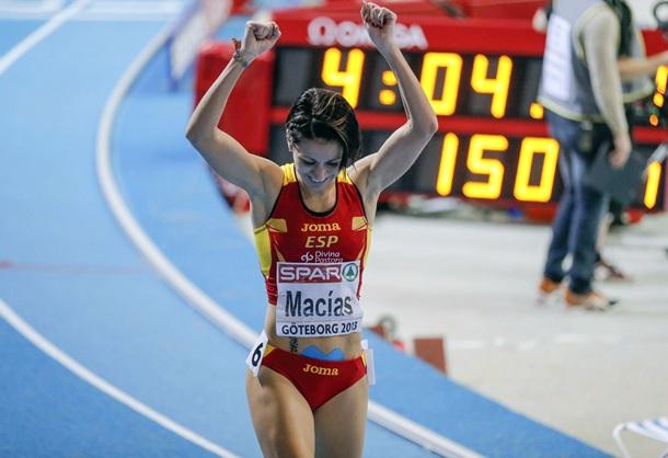 Isabel Macías, feliz por lograr la medalla de plata en los 1.500 metros. | EFE