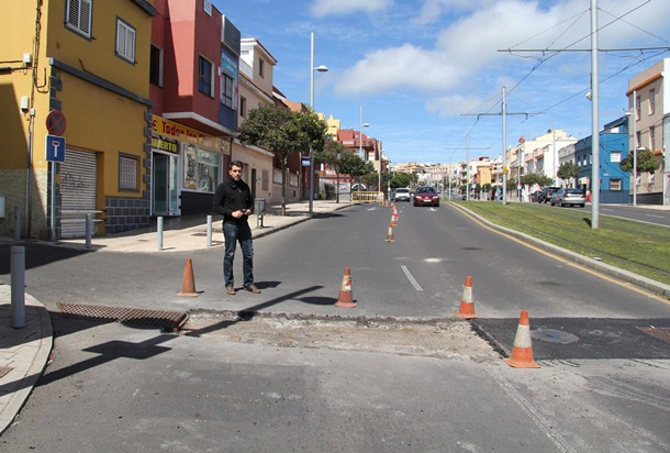 El concejal Jonathan Domínguez, junto a un tramo de la obra. / DA