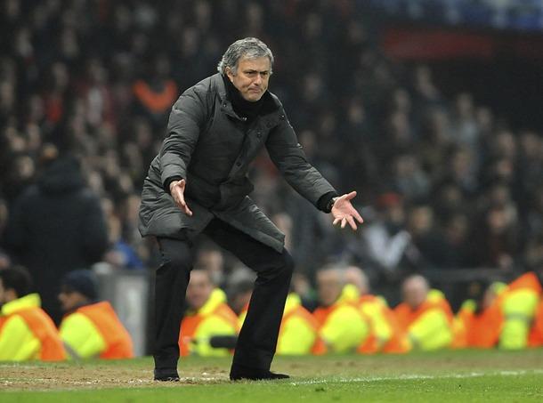 El entrenador portugués del Real Madrid, José Mourinho, gesticula durante el encuentro ante el Manchester United. | EFE