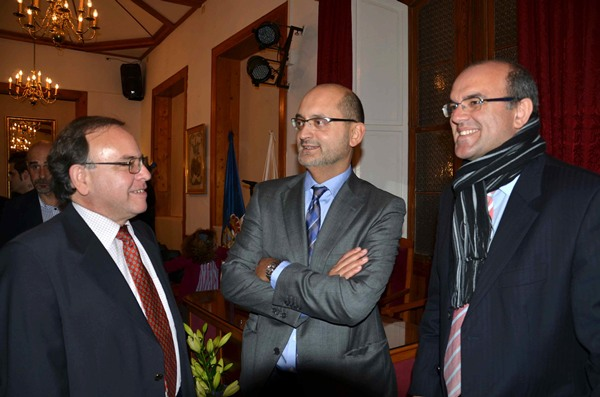 Juan José Rodríguez, al medio, junto al vicepresidente del Cabildo, Anselmo Pestana antes del acto celebrado en la Casa Roja de Mazo. | DA