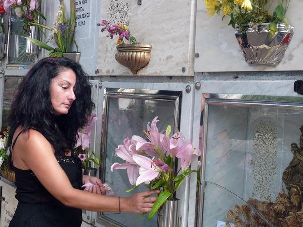 La exsepulturera, el miércoles, en el cementerio de Igueste. / NORCHI