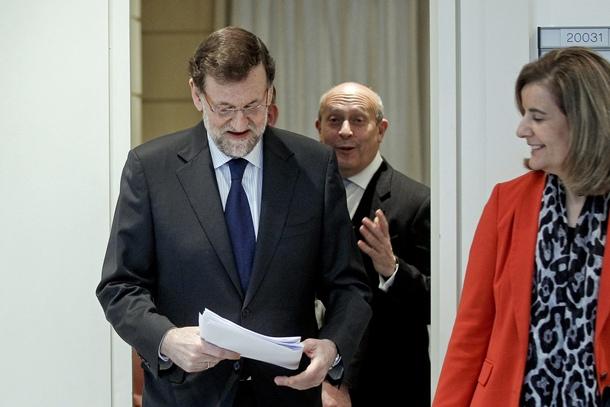 El presidente del Gobierno, Mariano Rajoy, acompañado por los ministros de Educación, José Ignacio Wert y Empleo, Fátima Báñez. | EFE
