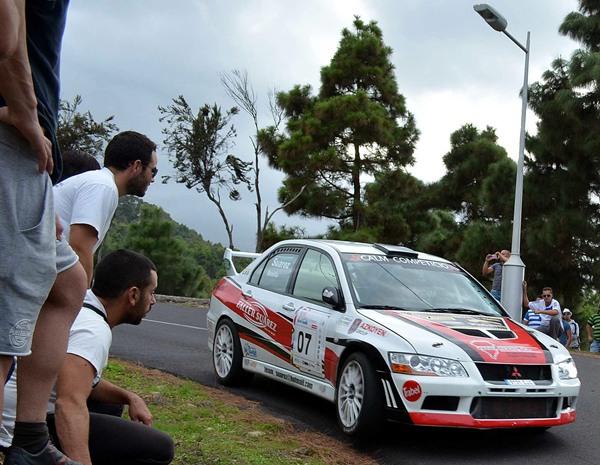Espectacular trazada del palmero Miguel Ángel Suárez, durante el Rally Isla de Tenerife 2012. | MOISÉS PÉREZ