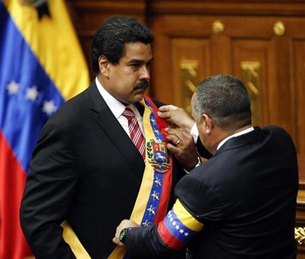 Diosdado Cabello coloca la banda presidencial a Nicolás Maduro. | REUTERS / E.P.