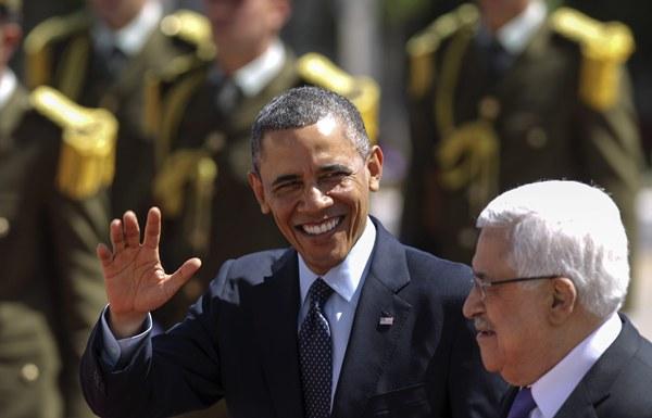El presidente estadounidense, Barack Obama (c), y el presidente de la Autoridad Palestina, Mahmud Abás, pasan revista a la guardia de honor a la Muqata. | EFE