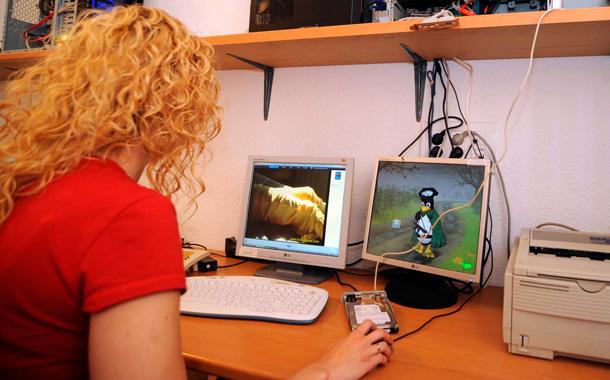 una mujer usa el ORDENADOR INTERNET