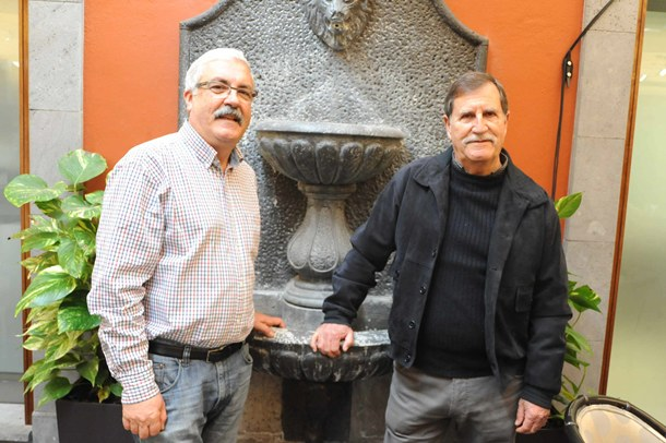 Pablo Reyes (izquierda), presidente de la asociación del casco, junto a Manuel Borges. / J.G.