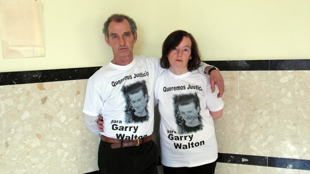 Los padres de la víctima, ayer en el Palacio de Justicia. / KARL MCLAUGHIN