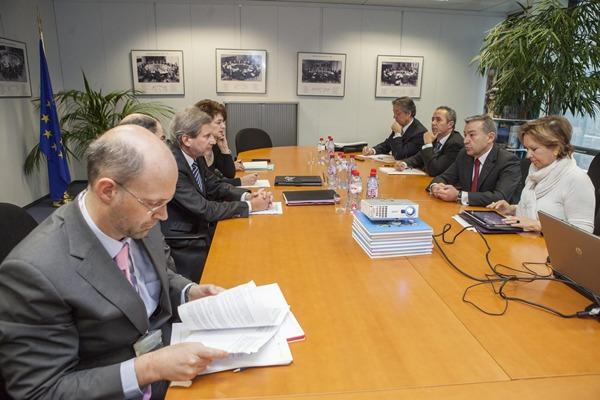 Imagen de la reunión mantenida entre Paulino Rivero y el comisario europeo Johannes Hahn. | DA