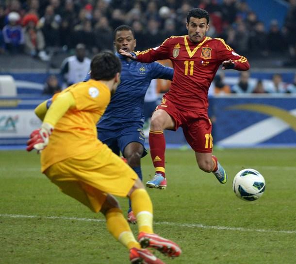 El centrocampista de la selección española, Pedro Rodríguez remata ante la presencia del portero galo Hugo Lloris. | EFE