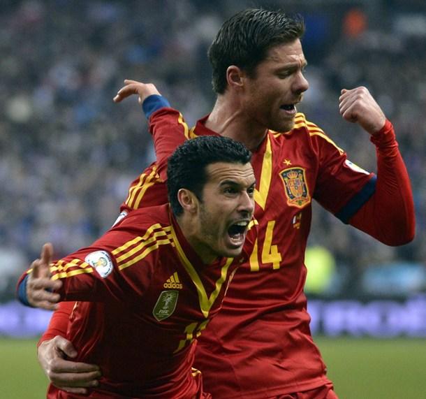 Pedro Rodríguez celebra con Xabi Alonso el gol ante Francia. | EFE