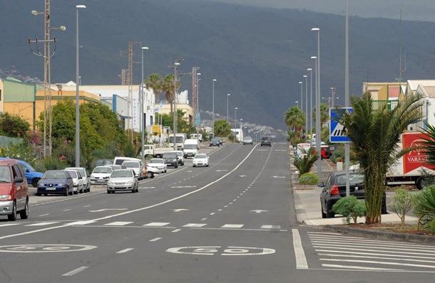 El asfaltado de las calles, el nuevo alumbrado y los jardines han cambiado la cara del Polígono Industrial Valle de Güímar. / SERGIO MÉNDEZ