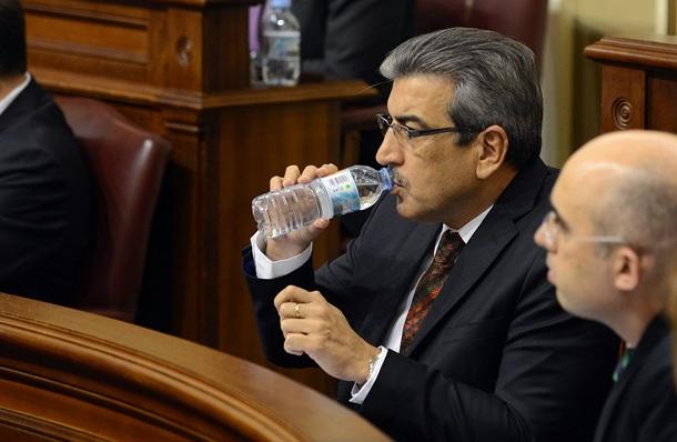 Román Rodríguez (NC), junto a  Fabián Martín (PIL), en el debate del estado de la nacionalidad. / SERGIO MÉNDEZ