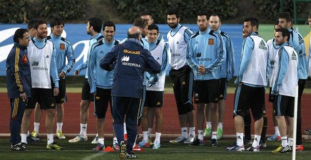 El seleccionador español, Vicente del Bosque (de espalda), da instrucciones a sus jugadores durante el entrenamiento de ayer. / EFE