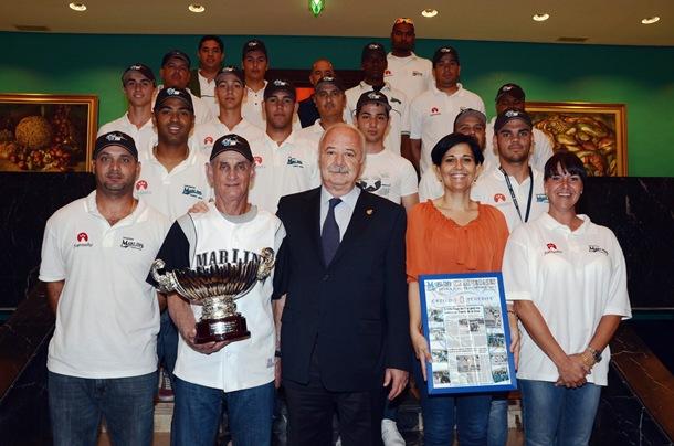 El Tenerife Marlins de Puerto de la Cruz durante su visita al Cabildo tras lograr el quinto título de la Copa de Rey. | DA