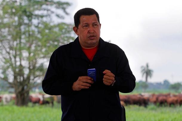 Hugo Chávez se dirige a la nación en marzo de 2011, mientras emite su programa 'Aló presidente'.   EFE