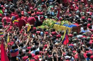 Partidarios del fallecido presidente venezolano Hugo Chavez ven pasar el féretro del gobernante por la Avenida Lecuna, en Caracas hacia la Academia Militar.   EFE