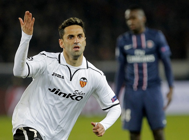 El jugador brasileño del Valencia FC, Jonás Gonçalves celebra su tanto ante el París Saint-Germain. | EFE