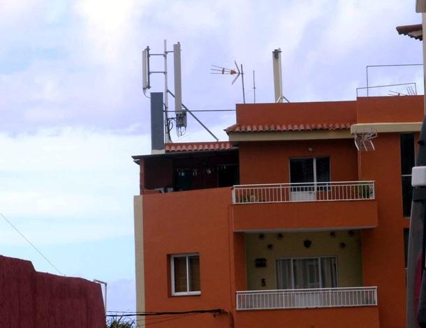 Vista de una de las antenas, en el tejado de una vivienda de la zona afectada. / MOISÉS PÉREZ