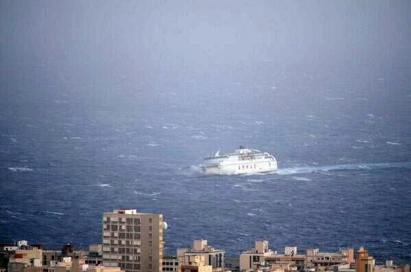 El barco de Naviera Armas no pudo entrar en el Puerto de Los Cristianos. | TWITTER