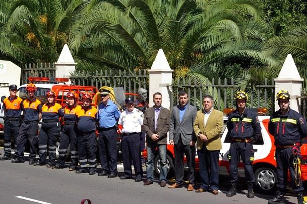 Manuel Domínguez, Benito Dévora y José Marrón junto a los bomberos voluntarios del municipio.   DA