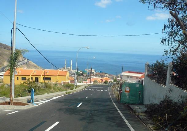 La carretera TF-252 sufre un peligroso estrechamiento en la entrada a Igueste por Las Caletillas. | DA