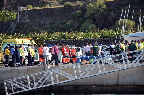 Efectivos de la Guardia Civil y Cruz Roja desplegados en el Puerto de Tazacorte. | D.S.