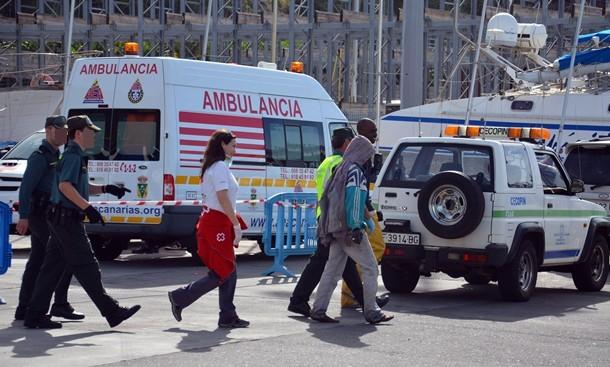 Varios inmigrantes son trasladados por la Cruz Roja y la Guardia Civil. | D.S.